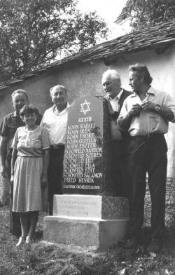 A vészkorszak nagygalambfalvi áldozatainak emléktáblája 1994. évi avatásán. A református templom kertjébe Schönfeld Ernővel (az oszloptól balra); Kányádi Sándor mellett Nagy Gábor tiszteletes és a felesége