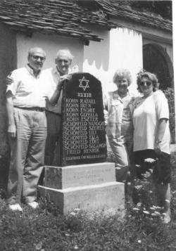 Méray Tibor és Kányádi Sándor a vészkorszak nagygalambfalvi áldozatainak emléktáblája mellett, 1996