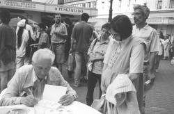 Kányádi Sándor a Vörösmarty téren dedikál, 2001. Ünnepi Könyvhét
