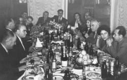 Román, örmény, bolgár és orosz írók társaságában az örmény írószövetség vacsoráján, Jereván, 1956