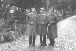 Szász Imre, Jékely Zoltán és Kányádi Sándor a kolozsvári Házsongárdi temetőben (1964)