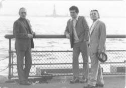 Farkas Árpáddal és Sütő Andrással New Yorkban, háttérben a Szabadság szobor, 1973