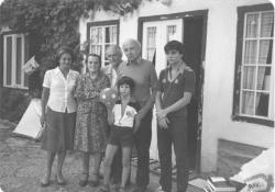 Kányádi Sándor családjával Illyés Gyuláéknál Tihanyban, 1980