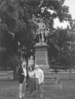 Kányádi Sándor és felesége, Tichy Magdolna a clevelandi Kossuth szobornál Böjdös Lászlóval, 1981