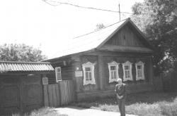 A Kuzebáj Gerd, udmurt költő alapította iskola előtt, Udmurtia, 1995