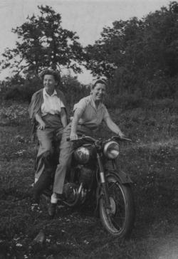 Édesanyja és nagynénje, Jakab Sára