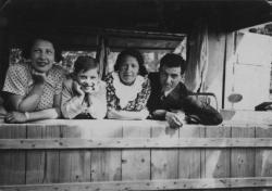 Szüleivel és nagynénjével Budakeszin (1937)