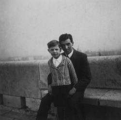 Édesapjával a budai várban (1937 körül)