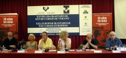 """Krasznahorkai a """"20 év falak nélkül"""" konferencia résztvevője többek között  Antonio Tabucchival, Norman Maneával és Juan Santamariával, Spanyolország korábbi USA-nagykövetével (San Sebastian, 2009)"""