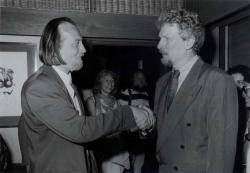 Peter Voss, az SWR intendánsa átadja Krasznahorkai Lászlónak a Bestenliste-Preis-t Baden-Badenben, 1993-ban