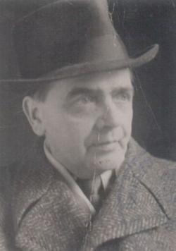 Édesapja, Mándy Gyula hírlapíró