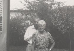 A Szabadság-telepen, feleségével