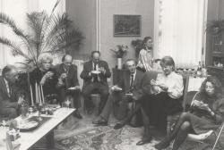 Barátai körében (Nádor István, Vidor Miklós és felesége, Domokos Mátyás, Mándy Iván, Szilágyi Eszter, Mándy Judit, Szilágyi Ágnes)