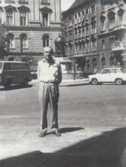 Lakóhelyénél, az Aulich utcában (1986)