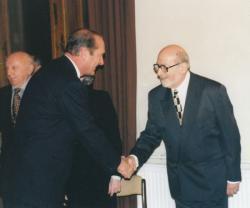 A Becsületrendet veszi át Chirac francia köztársasági elnöktől, 1997