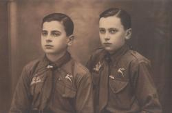 Molnár (Mészöly) Miklós bátyjával, Dénessel (Szekszárd, 1934 május)