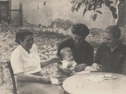 Sógornőjével, unokahúgával és nagymamájával