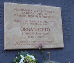 Emléktábla Orbán Ottó egykori lakóházának falán