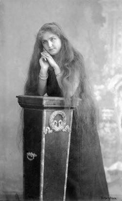 Édesanyja, Csonti Szabó Erzsébet, 1905 körül