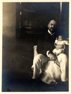 Édesapja a csecsemő Ottlik Gézával Lovas úti otthonukban, Budapest, 1912