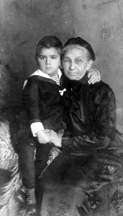 Nagyanyjával, Budapest, 1915 körül