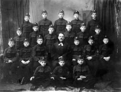 """""""Konfirmációi emlék."""" Csoportkép a kőszegi katonaiskolából, 1926 (Ottlik a hátsó sorban balról a második)"""