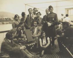 Ottlik Géza baráti társaságban, a hátsó sorban, hajó fedélzetén, 1933