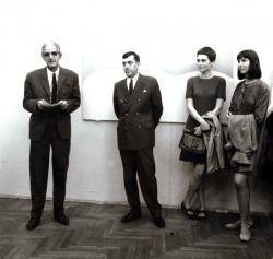 Ottlik Géza beszédet mond Bencsik István, Major János és Keserű Ilona kiállításának megnyitóján, Budapest, 1969 szeptember (az író mellett Frank János, Major Jánosné és barátnője)