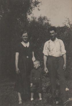 Hároméves korában, szüleivel, Szatmárhegyen