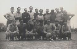 Az írók és újságírók focicsapata az '50-es évek elején, Kolozsváron (Páskándi a guggoló sorban balról az első)