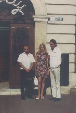 Kiss Ferenc, Páskándi Géza és Páskándi Anikó, a COLA bár előtt (Kolozsvár, 1970)