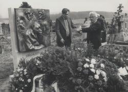 Simon István sírjánál, a költő sírkövének avatásakor, Takács Imre társaságában (1981)