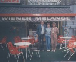 Családjával Bécsben, a kedvenc vendéglőjük előtt (1985 nyara)