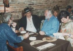 Tőrös Gábor szobrászművész feleségével, Páskándi Géza és Árkossy István festőművész Szentendrén (1991)