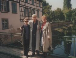 Feleségével és Rosamunde Pilcher osztrák költőnővel Strasbourgban