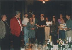 Páskándi Géza 60. születésnapja a Nemzeti Színházban, a színitanoda diákjainak köszöntője (bal oldalt Taub János rendező)