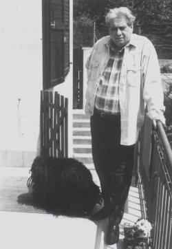 Házának teraszán, Szuszókával (1993, fotó: Udvarhelyi Csaba)