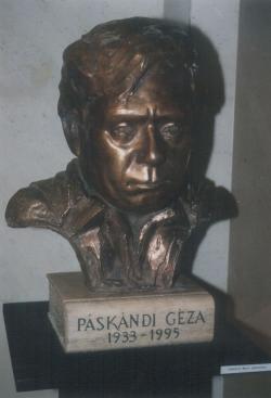 Laborcz Móni Páskándi Géza-szobra (1997)