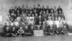 1931 nyara: a kálmánházi elemi népiskola tablója (Rákos Sándor az osztályfőnök – édesapja – mögött balra áll)