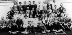 1933 nyara: új osztálytársak között Hajdúnánáson (az első sor jobboldali szélén, törökülésben: Rákos Sándor)