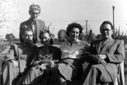1953. május: a nyíregyházi Krúdy-emlékünnep résztvevői (balról: Rákos Sándor, Somogyi Jolán könyvtáros, Krúdy Zsuzsa, az író leánya és Katona Béla irodalomtanár – a költő későbbi kritikusa; mögöttük áll: Perepatits Antal, Krúdy-kutató) (Joó Károly felvétele)
