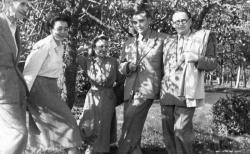 """A """"Krúdy-szekta"""" az 1953. tavaszi sóstói kiránduláson (Joó Károly felvétele)"""