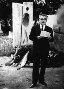 """Krúdy Gyula (1878–1933) halálának negyvenedik évfordulója alkalmából 1973. május 11-én Rákos Sándor, az egykori """"iskolatárs"""" mond beszédet a Borsos Miklós által tervezett síremléknél a Kerepesi temetőben"""