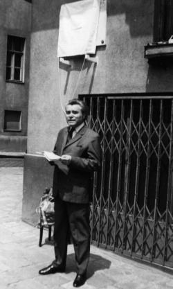 Telekes Béla (1873–1960) költő, műfordító születésének centenáriumán Rákos Sándor, a Magyar Írószövetség műfordítói szakosztályának elnöke emlékezik az ünnepeltre a Csalogány utca 41. szám alatti emléktáblánál