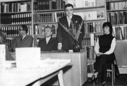 Író-olvasó találkozón a hetvenes években. A költőt Kristó Nagy István irodalomtörténész mutatja be a közönségnek. Mellette ül Rákos Sándor és Szentpál Monika előadóművész