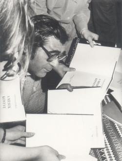 A 'Mesék könyve' dedikálásán (1974)