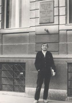 Somlyó Zoltán Liliom utcai emléktáblája előtt, a nyolcvanas években