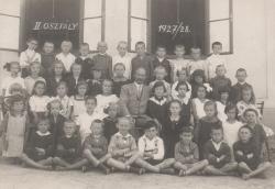 Elemi iskolai osztályának tablóképe, Balatonboglár, 1928 (alsó sor, jobbról a harmadik)