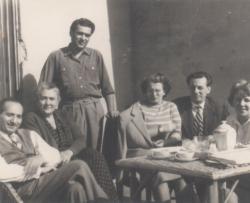 Somlyó György (hátul) és szűkebb rokonsága az 50-es években: anyai nagybátyja: Bolgár István, édesanyja, Ágnes unokatestvére, annak férje: Vadas József és Bolgár István felesége, Piroska