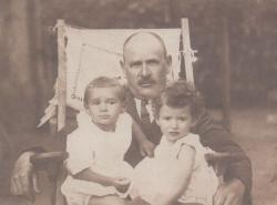 Balatonboglári nagyapja, Bolgár Ignác bádogosmester és unokái: Somlyó György és unokatestvére, Ágnes